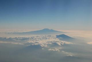 Mont Meru und im Hintergrund Kilimanjaro