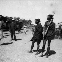 Zwei Massai am Bahnhof